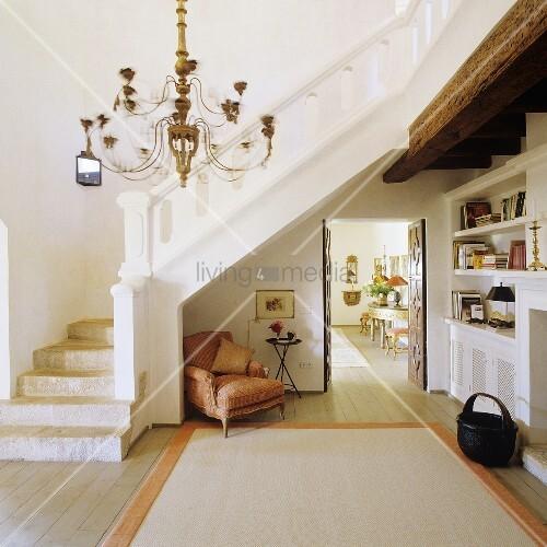 offener vorraum in finca mit weissem treppenaufgang und. Black Bedroom Furniture Sets. Home Design Ideas