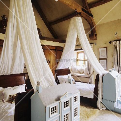einzelbetten mit weissem baldachin und architekturmodelle im rustikalem schlafraum bild kaufen. Black Bedroom Furniture Sets. Home Design Ideas