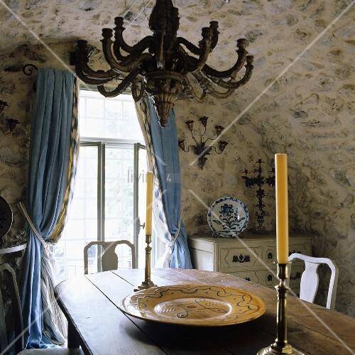 alte tonnendecke aus naturstein im rustikalen esszimmer und blaue vorh nge am fenster bild. Black Bedroom Furniture Sets. Home Design Ideas
