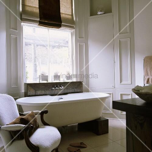 freistehende badewanne auf holzkl tzen und antiker weisser. Black Bedroom Furniture Sets. Home Design Ideas