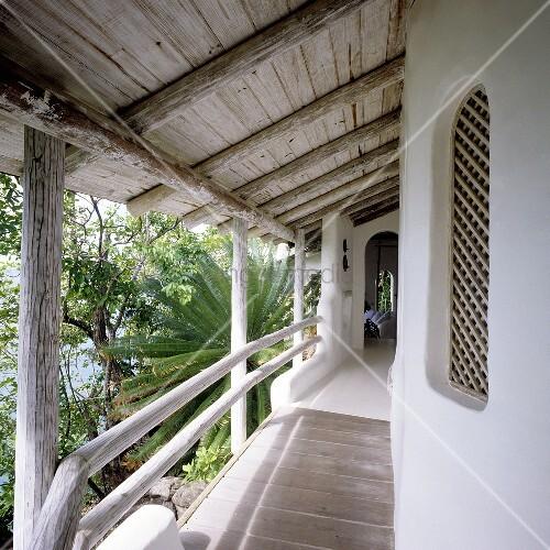 bungalow mit balkon und rustikalem holzdach mit blick in With französischer balkon mit garten mit bungalow kaufen