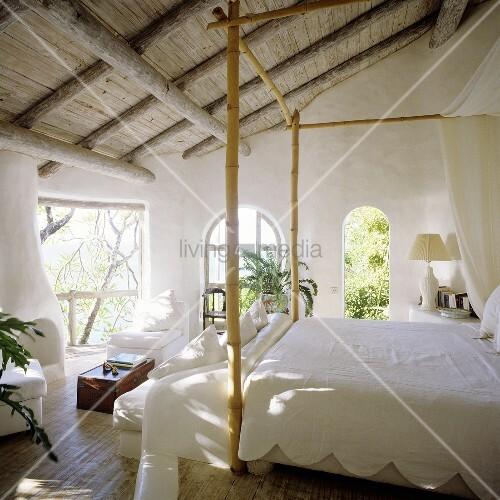 rustikale holzdecke mit weissem himmelbett aus bambuskonstruktion und ausblick in den garten. Black Bedroom Furniture Sets. Home Design Ideas