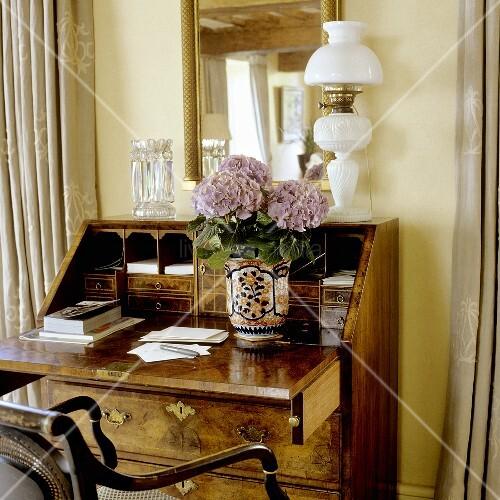 antiker sekret r mit weisser petroleumlampe vor. Black Bedroom Furniture Sets. Home Design Ideas