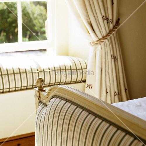 fensterbank mit losem polster im l ndlichen schlafraum bild kaufen living4media. Black Bedroom Furniture Sets. Home Design Ideas