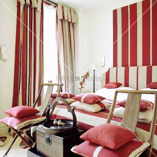 schlafzimmer mit rot weissen streifen auf kissen bettw sche vorh nge und wand bild kaufen. Black Bedroom Furniture Sets. Home Design Ideas