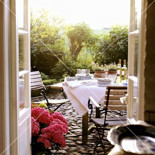 gedeckter tisch auf einer terrasse bild kaufen. Black Bedroom Furniture Sets. Home Design Ideas