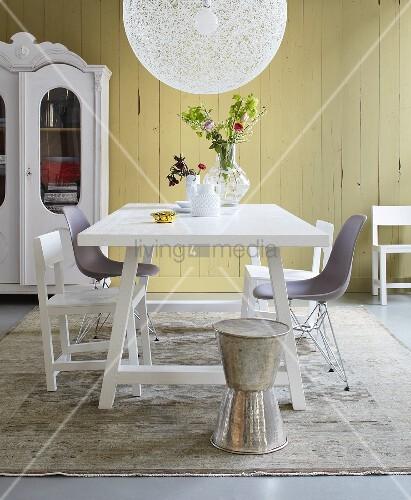 stilmix im esszimmer tisch und st hle im landhaus und bauhausstil bild kaufen living4media. Black Bedroom Furniture Sets. Home Design Ideas