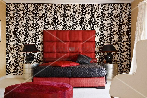 peppiger schlafraum rotes bett mit schwarzem berzug und. Black Bedroom Furniture Sets. Home Design Ideas