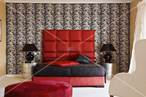 peppiger schlafraum rotes bett mit schwarzem berzug und gepolstertem kopfteil an. Black Bedroom Furniture Sets. Home Design Ideas