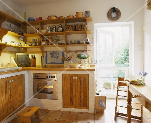Gemauerte Küchenzeile im ländlichen Stil mit Holztüren, einem Küchenregal ums Eck und