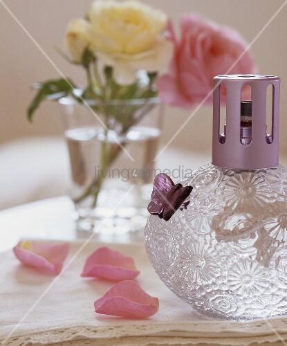 duftlampe und rosenbl tter bild kaufen living4media. Black Bedroom Furniture Sets. Home Design Ideas