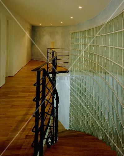 geschwungene wand aus glasbausteinen in einem beleuchteten treppenraum bild kaufen living4media. Black Bedroom Furniture Sets. Home Design Ideas