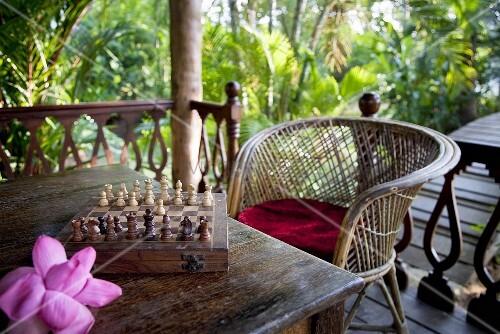 schachspiel auf der terrasse in tropischer umgebung bild. Black Bedroom Furniture Sets. Home Design Ideas
