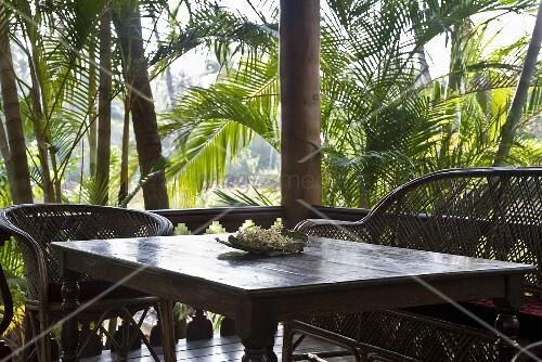 terrasseneckplatz mit korbm bel auf der veranda in tropischer umgebung bild kaufen living4media. Black Bedroom Furniture Sets. Home Design Ideas