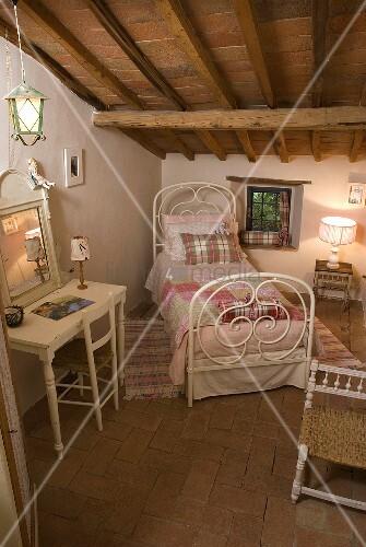 weisses antikes metallbett mit wandtisch und spiegel unter. Black Bedroom Furniture Sets. Home Design Ideas