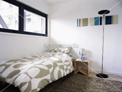 modernes zimmer mit oberlicht und einzelbett mit. Black Bedroom Furniture Sets. Home Design Ideas