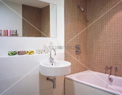 modernes bad mit hellbraunen wandfliesen um badewanne und designer waschbecken mit spiegel. Black Bedroom Furniture Sets. Home Design Ideas