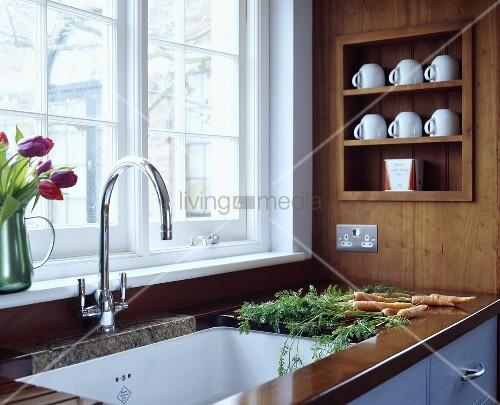holzarbeitsplatte mit designer k chenarmatur und tassen. Black Bedroom Furniture Sets. Home Design Ideas