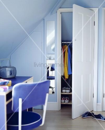 jugendzimmer unter dem dach mit hellblauer wand und offener t r vom stauraum bild kaufen. Black Bedroom Furniture Sets. Home Design Ideas