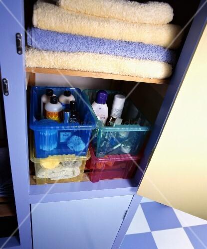 badezimmerschrank mit handt chern und badutensilien und. Black Bedroom Furniture Sets. Home Design Ideas