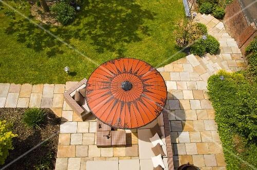 blick auf roten sonnenschirm auf terrasse bild kaufen. Black Bedroom Furniture Sets. Home Design Ideas