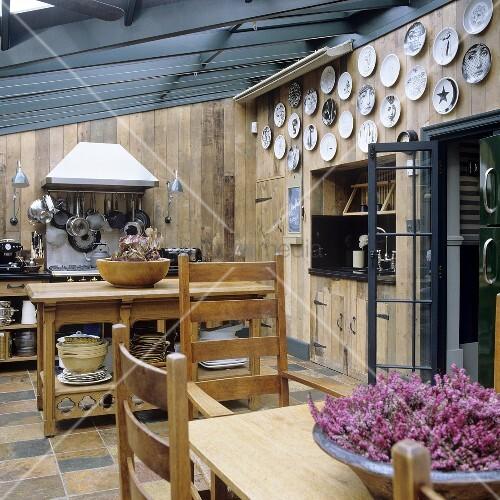 offene k che mit holzverkleidung und essplatz im wintergarten bild kaufen living4media. Black Bedroom Furniture Sets. Home Design Ideas