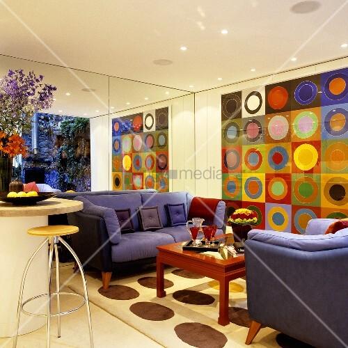 violette sofagarnitur vor spiegelwand und grossformatigem. Black Bedroom Furniture Sets. Home Design Ideas