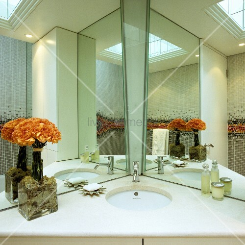 spiegelkabinett im badezimmer in die ecke platzierter waschtisch mit weisser steinplatte. Black Bedroom Furniture Sets. Home Design Ideas