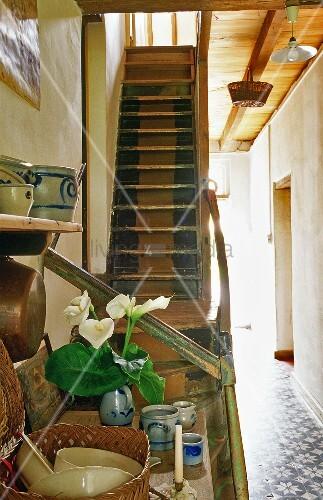 alte holztreppe im hausflur eines bauernhauses bild kaufen living4media. Black Bedroom Furniture Sets. Home Design Ideas