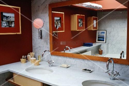 waschtisch mit marmorplatte und gerahmtem spiegel in. Black Bedroom Furniture Sets. Home Design Ideas