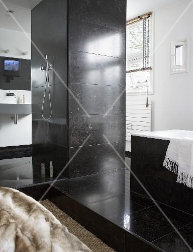 designer bad wassers ule mit duscharmatur und badewanne mit grauen steinfliesen bild kaufen. Black Bedroom Furniture Sets. Home Design Ideas
