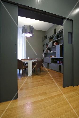 Designer wohnung graue wand mit schiebet r auf - Graues parkett ...