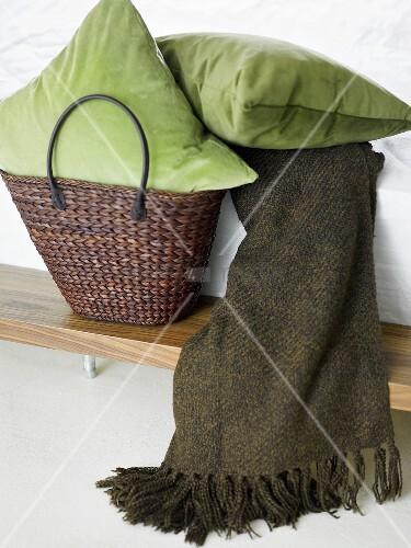gr nes kissen im korb und tagesdecke auf bett bild kaufen living4media. Black Bedroom Furniture Sets. Home Design Ideas