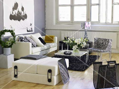 weisse sofagarnitur mit gemustertem stuhl und modernem couchtisch vor fensterfront bild kaufen. Black Bedroom Furniture Sets. Home Design Ideas
