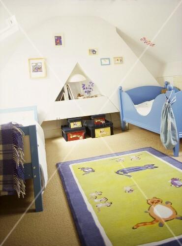 Kinderzimmer unter dem Dach mit blauem Holzbett und ...