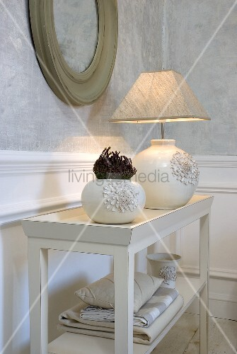 vase und tischlampe aus weisser keramik mit stoffschirm auf wandregal bild kaufen living4media. Black Bedroom Furniture Sets. Home Design Ideas