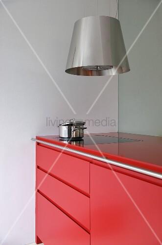 dunstabzug aus edelstahl und moderne k chenzeile mit roter. Black Bedroom Furniture Sets. Home Design Ideas