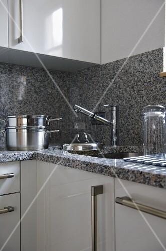 arbeitsplatte mit r ckwand aus granit und edelstahlt pfe neben sp le bild kaufen living4media. Black Bedroom Furniture Sets. Home Design Ideas