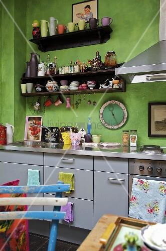 moderne k che mit gr ner wand und graue schrankfronten bild kaufen living4media. Black Bedroom Furniture Sets. Home Design Ideas