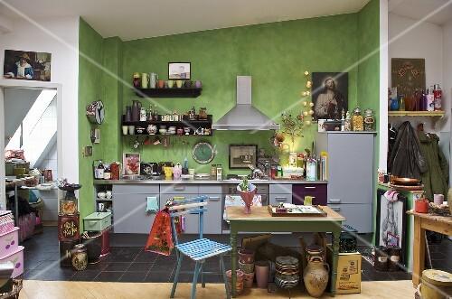 moderne k che mit gr ner wand und m beln im stilmix bild. Black Bedroom Furniture Sets. Home Design Ideas