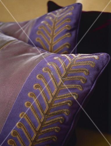 violettes kissen mit gold design bild kaufen living4media. Black Bedroom Furniture Sets. Home Design Ideas