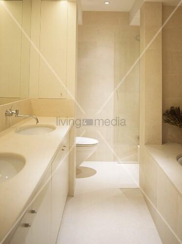 Waschtisch mit zwei becken und toilette hinter schmaler trennwand im hellen badezimmer bild - Badezimmer becken ...