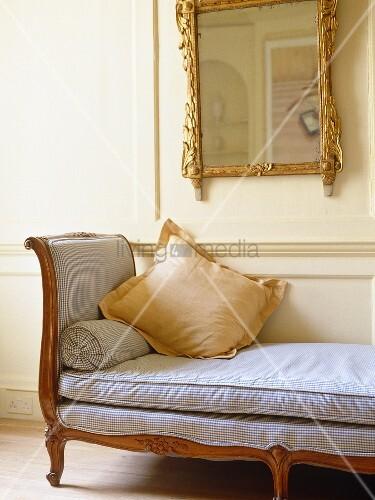 Backless Sofa Under Gilt Mirror In Sitting Room With White Panelled Walls Bild Kaufen