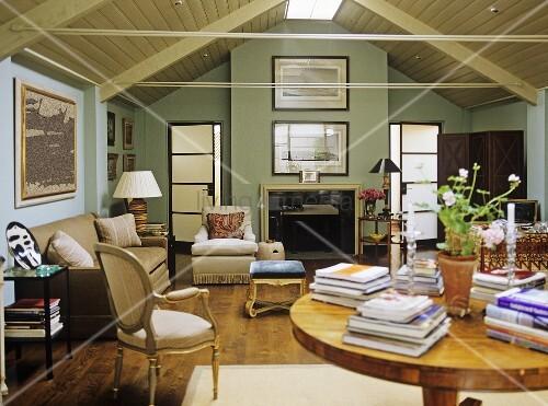 wohnzimmer mit sofagarnitur im landhausstil und kamin unter dem dach mit holzdecke bild kaufen. Black Bedroom Furniture Sets. Home Design Ideas