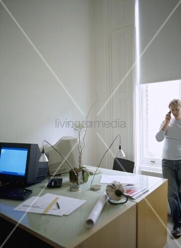 home office und mann am fenster bild kaufen living4media. Black Bedroom Furniture Sets. Home Design Ideas