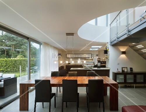 offenes wohnen mit fensterfront und blick auf galerie bild kaufen living4media. Black Bedroom Furniture Sets. Home Design Ideas