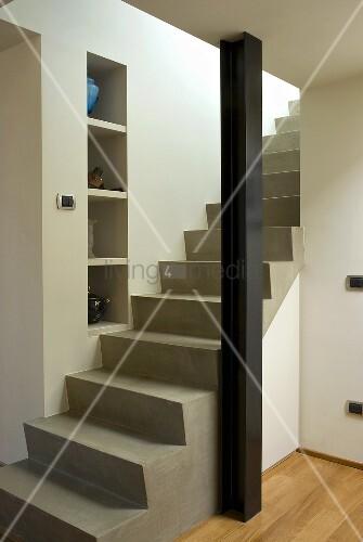 Betontreppe mit st tze im offenen wohnraum bild kaufen for Betontreppe kaufen