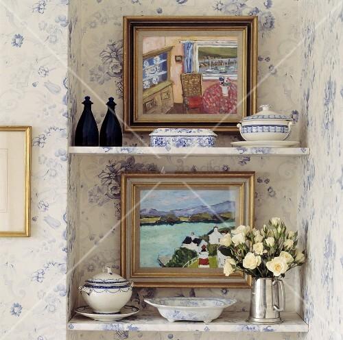 bilder blau weisses porzellan und silberkanne mit wei en rosen auf regalen in einer wandnische. Black Bedroom Furniture Sets. Home Design Ideas