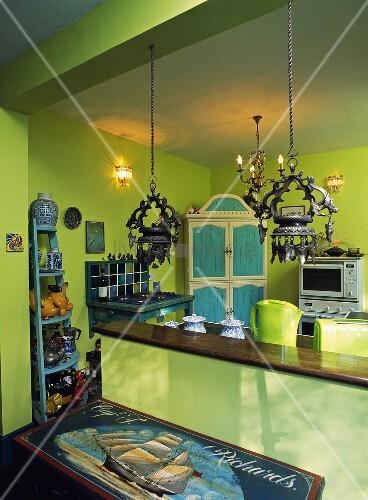 offene landhausk che in gr n und laternen ber der theke bild kaufen living4media. Black Bedroom Furniture Sets. Home Design Ideas