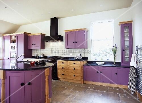 violette einbauschr nke und braunmelierter fliesenboden in moderner k che bild kaufen. Black Bedroom Furniture Sets. Home Design Ideas